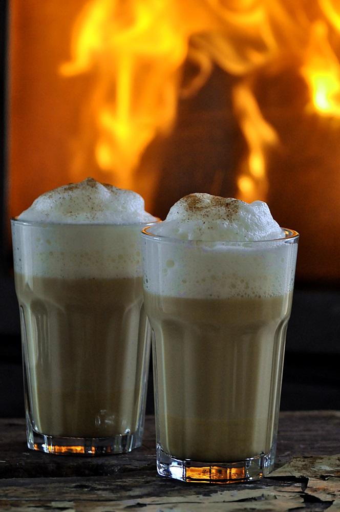 Smillas Wohngefuehl Pumpkin Spice Latte vor Kaminfuer vegan