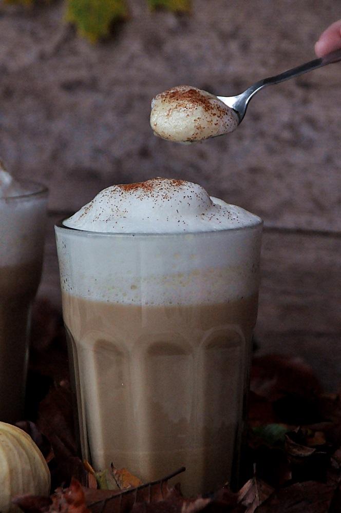 Smillas Wohngefuehl Pumpkin Spice latte vegan Milchschaum auf Löffel
