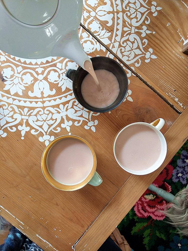 Teetassen auf Tisch mit Ornament